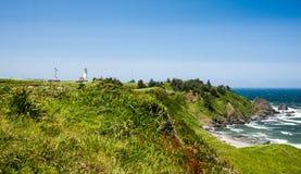 De Vuurtoren van kaapblanco en rotsachtige kustlijn stock fotografie