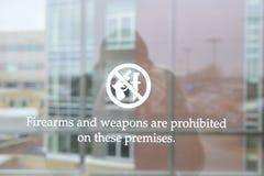 De vuurwapens en de Wapens zijn Belemmerd op Dit Gebouw op Venster Royalty-vrije Stock Foto