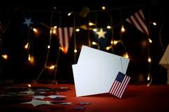 De vuurwerkvertoning viert de onafhankelijkheidsdag op vier juli van de natie van de Verenigde Staten van Amerika met ons vlag, royalty-vrije stock foto's