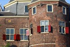 De Waag Castle在阿姆斯特丹,在红灯区附近的独特的历史的城堡在荷兰 华美的红色窗口,历史 免版税库存图片