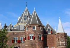 De Waag Rockera i Amsterdam, unik historisk slott nära rött ljusområde i Nederländerna Ursnygga röda fönster, historia royaltyfria foton