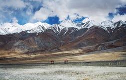 De waaier van sneeuwpieken in Ladakh en vallei met rood twee stock foto