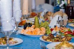 De waaier van verschillende schotels op de lijst met een blauw tafelkleed, restaurant, benket royalty-vrije stock fotografie