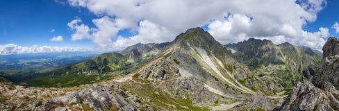 De waaierpiek van de bergsteen tegen blauwe bewolkte hemel royalty-vrije stock afbeeldingen