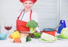 De waarde van de broccolivoeding ruw voedseldieet Groente van de greep ruwe broccoli van de vrouwen de professionele chef-kok Vri royalty-vrije stock fotografie