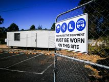 De waarschuwingsbordbouwwerf voor moet dit beschermingsmiddel op deze plaats worden gedragen Stock Foto's