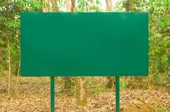 De waarschuwingsseinen en de handeling in de wildernis. Stock Foto