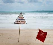 De waarschuwingsseinen scheuren ongeveer stroom bij een strand Stock Afbeeldingen