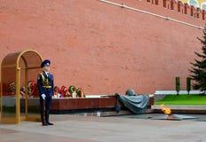 De wacht bij de Eeuwige Vlam, Moskou, Rusland Royalty-vrije Stock Foto