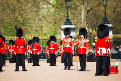 De Wachten van de koningin bij het Buckingham-paleis in Londen, het UK Royalty-vrije Stock Afbeeldingen