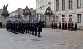 De wachten veranderen bij het kasteel van Praag Stock Foto's