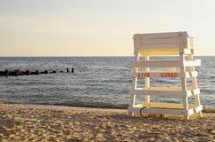 De wachtstoel van het leven op verlaten strand Stock Afbeelding