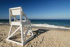 De wachtzetel van het leven bij perfect strand stock afbeelding
