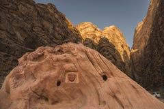De wadi-rum woestijn Jordanië, deze foto toont de verschillende gouden kleuren op de bergen en de rotsen bij zonsondergang, in de royalty-vrije stock foto