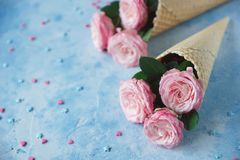 De wafelhoornen met bloemen op blauwe achtergrond, Tederheid, St Valentine ` s Dag, kopiëren ruimte, Selectieve nadruk royalty-vrije stock afbeelding