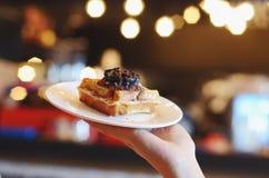 De wafels met de saus van de slagroomchocolade en bestrooit Royalty-vrije Stock Fotografie