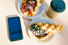 De wafels met smartphone Stock Foto