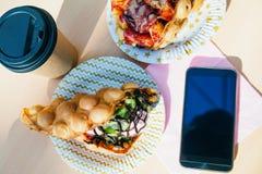 De wafels met smartphone Royalty-vrije Stock Afbeelding