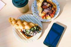 De wafels met smartphone Royalty-vrije Stock Foto's