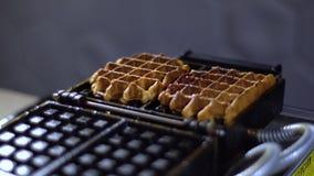 De wafels worden genomen uit een wafelijzer/gekookte wafels stock video
