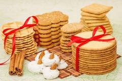 De wafeltjes, de koekjes en het schuimgebakje van de stapel Royalty-vrije Stock Afbeeldingen