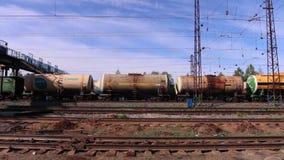 De wagens met tank gaat op spoorweg stock video