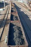 De wagens van de steenkool op spoorwegsporen Stock Foto's