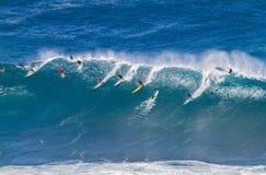 De Waimeabaai Oahu Hawaï, Surfers berijdt een grote golf stock fotografie