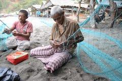De walvisvaarder die van Lamalera visserijnetten herstelt Stock Foto's