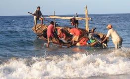 De walvisvaarders van Lamalera na het vangen van een dolfijn Royalty-vrije Stock Foto