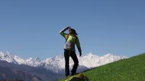 De wandelaar beklimt de bergen stock footage
