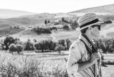 De wandelaar die van de avonturenvrouw in Toscanië wandelen die afstand onderzoeken Royalty-vrije Stock Afbeeldingen