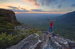 De wandelaar geniet van prachtige meningen in Katoomba stock foto