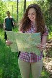 De wandelaar leest een kaart Royalty-vrije Stock Foto