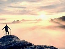 De wandelaar met rugzak bereikt de top van bergpiek Succes, vrijheid en geluk in bergen stock fotografie