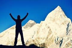 De wandelaar met rugzakken bereikt de top van bergpiek Succes, vrijheid en geluk, voltooiing in bergen Actieve sport stock foto's
