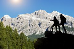 De wandelaar met rugzakken bereikt de top van bergpiek Succes, vrijheid en geluk, voltooiing in bergen Actieve sport c stock fotografie