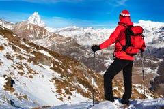 De wandelaar neemt een rust bewonderend de Matterhorn-piek Stock Foto's