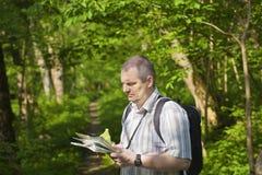 De wandelaar onderzoekt de kaart Royalty-vrije Stock Foto