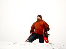 De Wandelaar van de winter - Mens met sneeuwschoenen op sneeuwpiek Stock Afbeelding