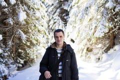De wandelaar van de mensentoerist in het sneeuw behandelde bos van de de winterpijnboom Royalty-vrije Stock Afbeelding