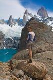 De wandelaar zet Fitz Roy, Los Glaciares NP op Stock Afbeeldingen