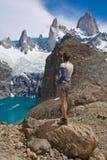 De wandelaar zet Fitz Roy, Los Glaciares NP op Stock Fotografie