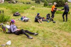 De wandelaars breken op grasrijk gazon stock fotografie