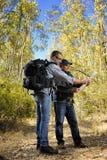 De wandelaars die de manier langs een weg bestuderen nestelden zich in het bos Royalty-vrije Stock Foto's