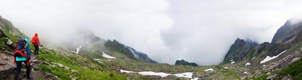 De wandelaars die naar Negoiu gaan bereiken op Fagaras-Berg een hoogtepunt Stock Fotografie