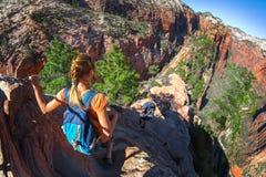 De wandelaars lopen op de steile en gevaarlijke sleep genoemd Engelen Landin royalty-vrije stock foto's