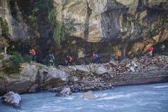 De wandelaars met rugzak bij de trekking slepen in Himalayan-bergen nepal Stock Foto