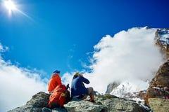 De wandelaars onder Matterhorn zetten op Stock Afbeeldingen