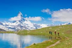 De wandelaars op Matterhorn bekijken sleep Stock Fotografie